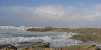 la-fuerza-de-las-olas-modela-el-paisaje-rocoso