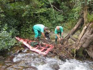 Operarios limpiando el río Miera a su paso por Liérganes