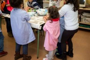 Los niños de Primaria ayudaron a los de Infantil