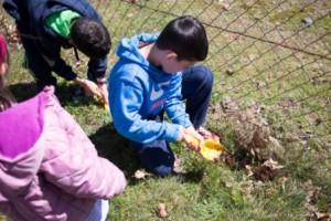Los niños enterraron las bolas de arcilla