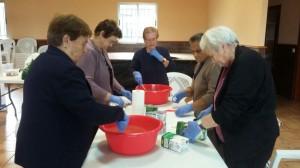 Elaborando jabones en los talleres del LIFE Club de Fincas.