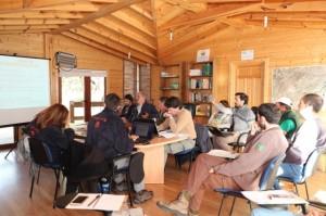 Reunión de los socios del proyecto junto al monitor.