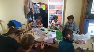 Cosiendo sacos de semillas en Robleda