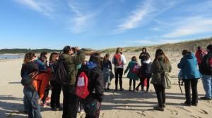 Educadora Ambiental de FNYH hablando sobre las dunas