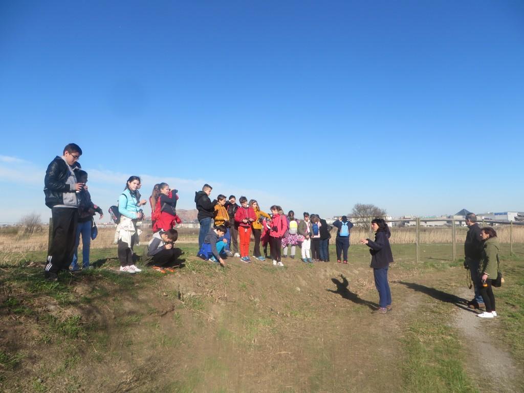Los alumnos del Colegio Dionisio García Barredo en la marisma de Alday.
