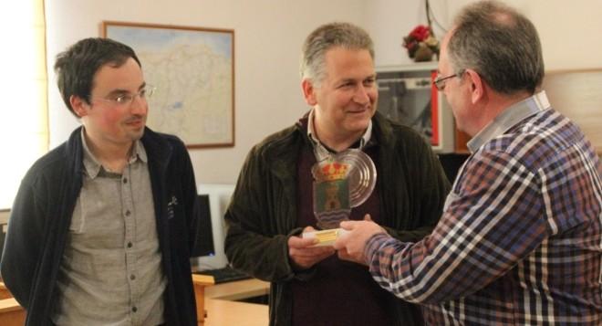 Carlos Sánchez presidente de Fundación Naturaleza y Hombre recibiendo el premio a la Biodiversidad 2017 de Campoo de Yuso