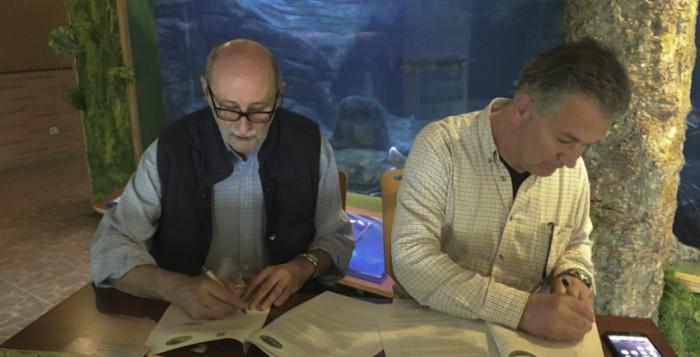 Firma del Acuerdo de colaboración entre Sociedad Pesca FARIO y FNYH en el ecomuseo Fluviarium, Lierganes.