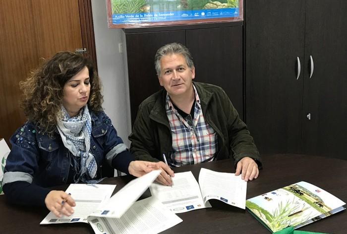 Firma del Acuerdo de Custodia con la presidente de la Junta Vecinal de Igollo de Camargo, Nieves Portilla, y el presidente de Fundación Naturaleza y Hombre, Carlos Sánchez.