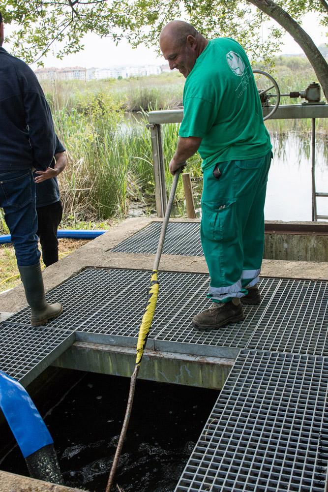 Un trabajador de FNYH limpia los filtros por los que pasa el agua desaguada.