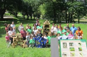 Los voluntarios del Robledal de Pontones posan junto al hotel de insectos y las cajas nido que construyeron en el día de la Red Natura 2000 / LIFE.