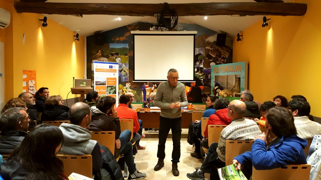 El geólogo Enrique Francés Arriola durante el animado debate que se generó después de su presentación.