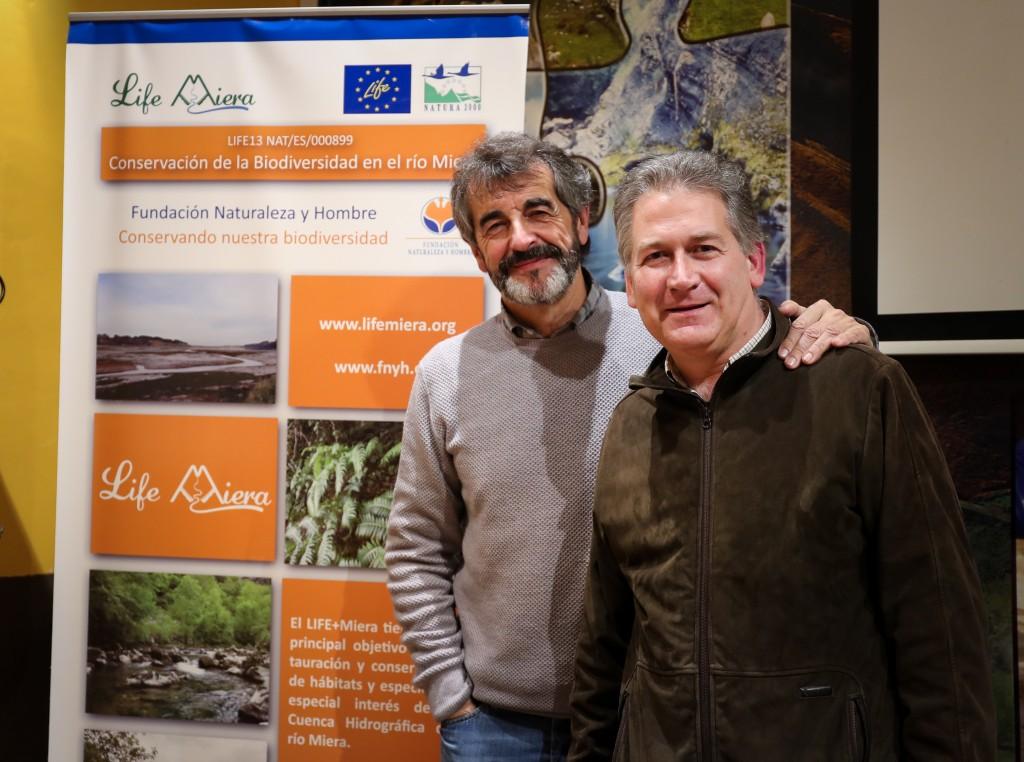 Guillermo Palomero en compañía de Carlos Sánchez al finalizar la charla sobre el oso pardo y los retos para su conservación
