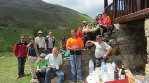 Participantes en el encuentro junto a una de las cabañas pasiegas