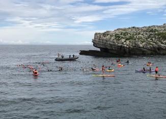 Los participantes preparando el abrazo a la isla