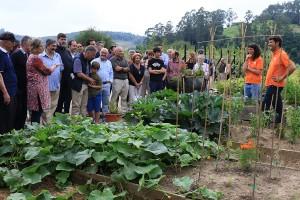 Los educadores ambientales enseñan los jardines ecológicos