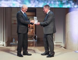 Francisco González (FBBVA) entrega el galardón a Carlos Sánchez (FNYH).