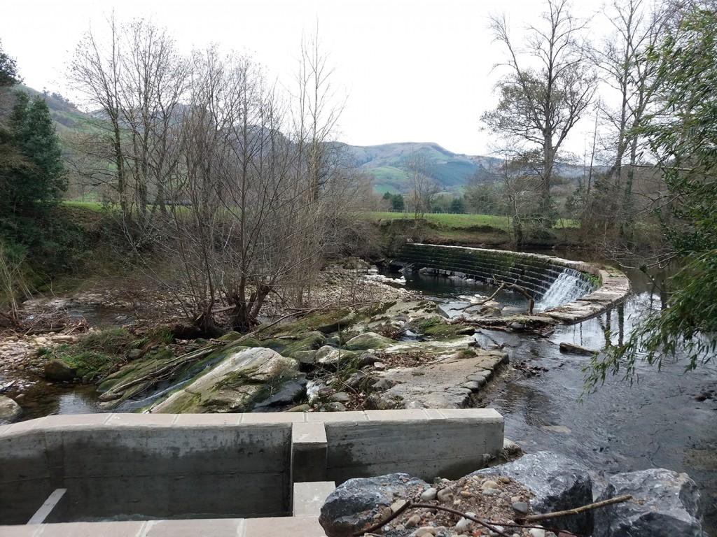 Escala para peces en la presa de El Arral (Liérganes).
