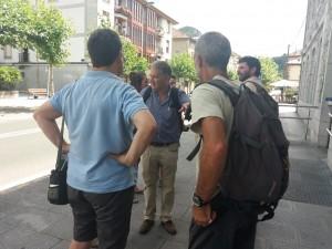 Cárlos Sánchez (FNYH) charlando con un grupo de asistentes.
