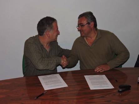 Antonio Manuel Casador, presidente de la Sociedad de Caza portuguesa de Nave de Haver (a la derecha) y Carlos Sánchez, presidente de la Fundación Naturaleza y Hombre, con sede en Santander y Salamanca, firmando el acuerdo de cooperación.