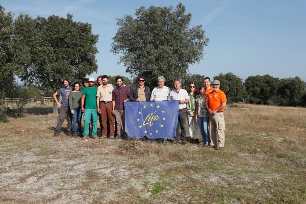 El monitor LIFE de la Comisión Europea junto a los miembros del LIFE Club de Fincas.
