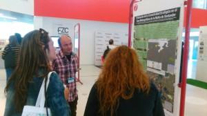 técnico del Anillo Verde enseñando el cartel del proyecto