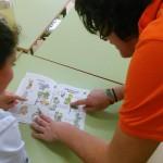 Monitora de FNYH enseñando las plantas a una alumna.