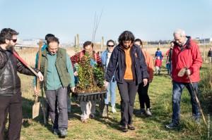 La Educadora Ambiental llevando los árboles para la plantación