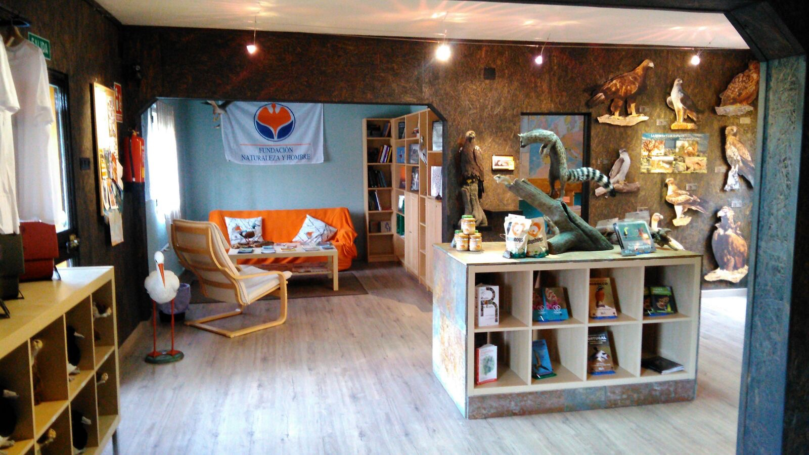 Tienda y zona biblioteca del Wildlife & Photo Center
