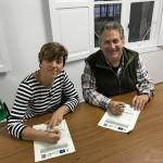 La presidenta de la Junta Vecinal de Pámanes, Ana Isabel Ríos Barquín, y el presidente de Fundación Naturaleza y Hombre, Carlos Sánchez, firman el acuerdo para la gestión de los Pozos de Valcaba.