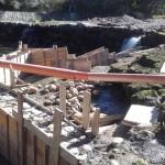 Aspecto del muro del estanque, fabricado con piedra de río