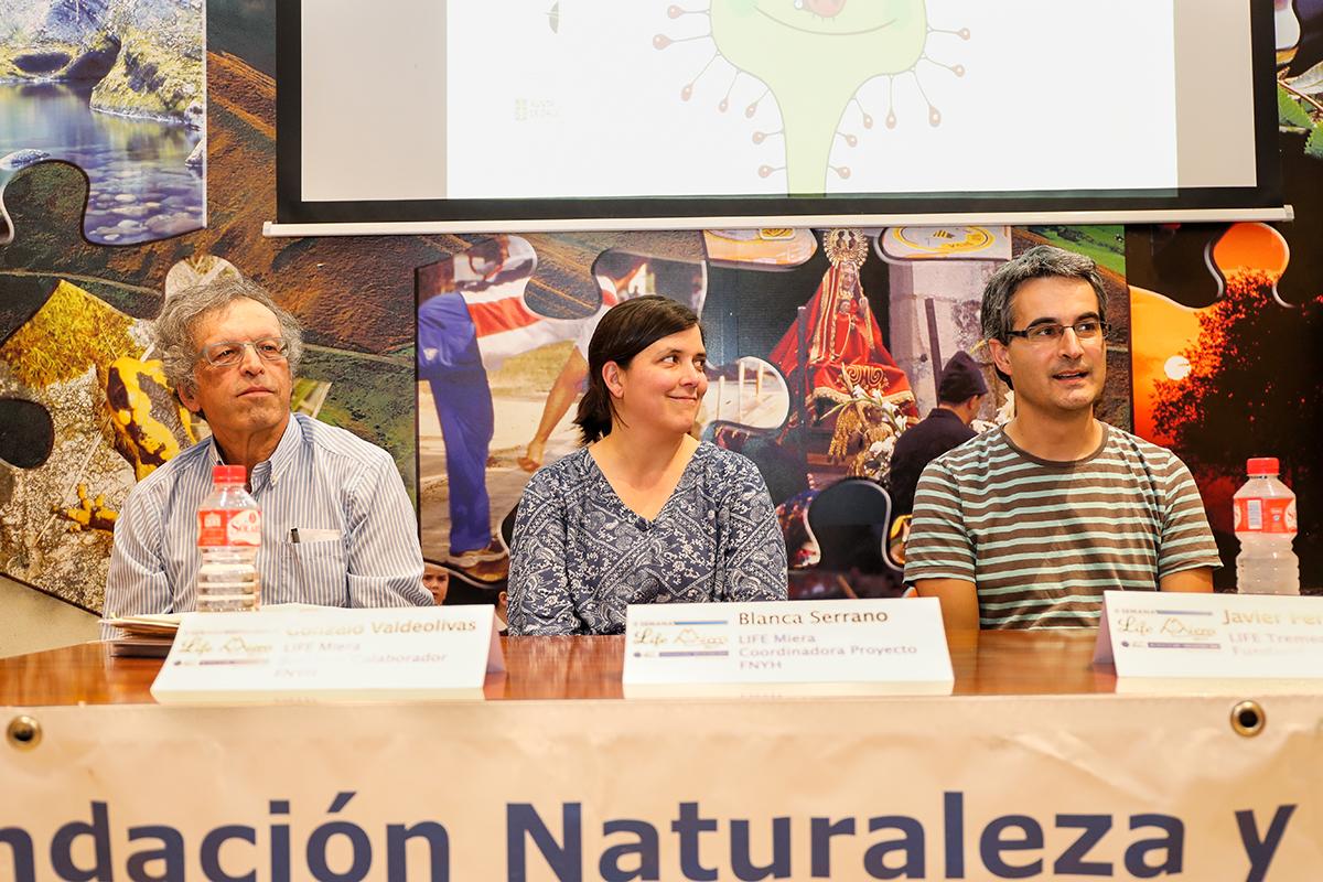 El botánico Gonzalo Valdeolivas, Blanca Serrano y Javier Pérez de Fundación Hazi, socio del proyecto LIFE Tremedal