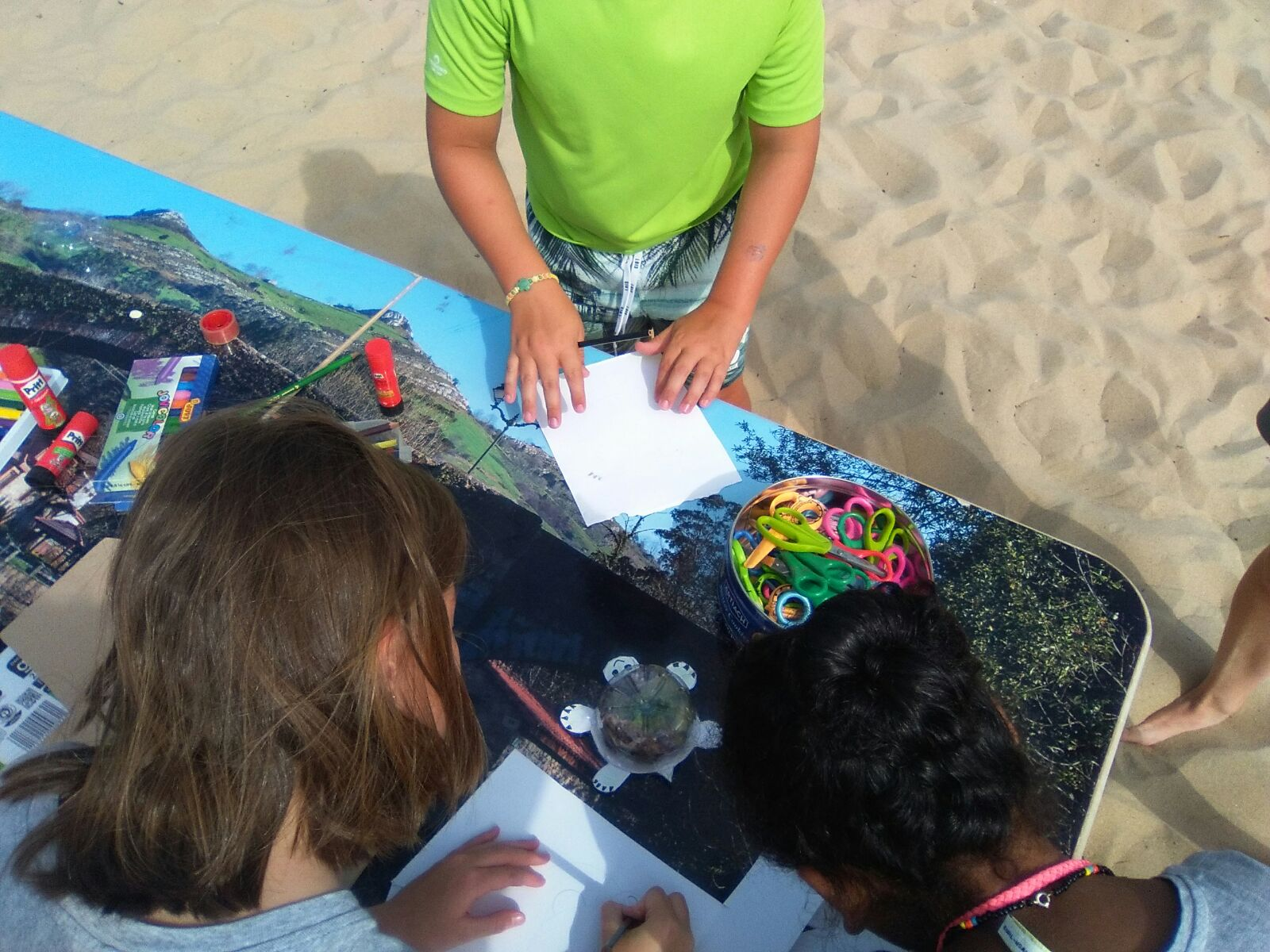 Haciendo tortuga con botella plástico y cartón. Taller Ed.Ambiental LIFE Miera en dunas de Somo.