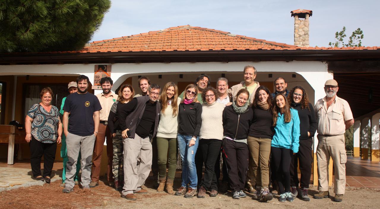 El grupo reunido con el equipo de Fundación Naturaleza y Hombre frente al lodge