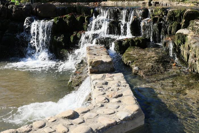 Escala y cascada natural en presa de Rubalcaba