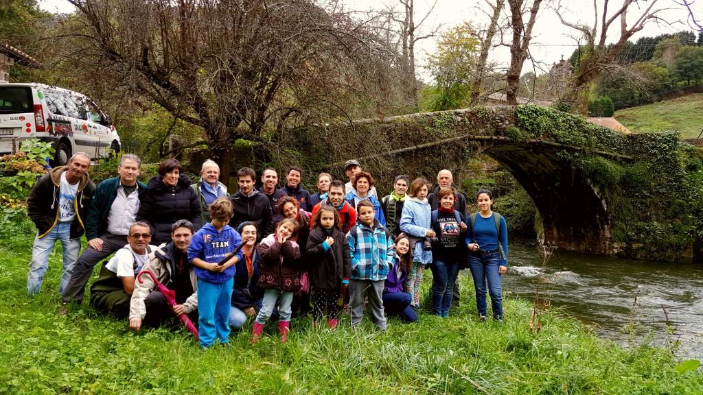 Algunos de los participantes en la segunda suelta de anguila europea en el río Miera en colaboración con ACAAP durante el año 2017.