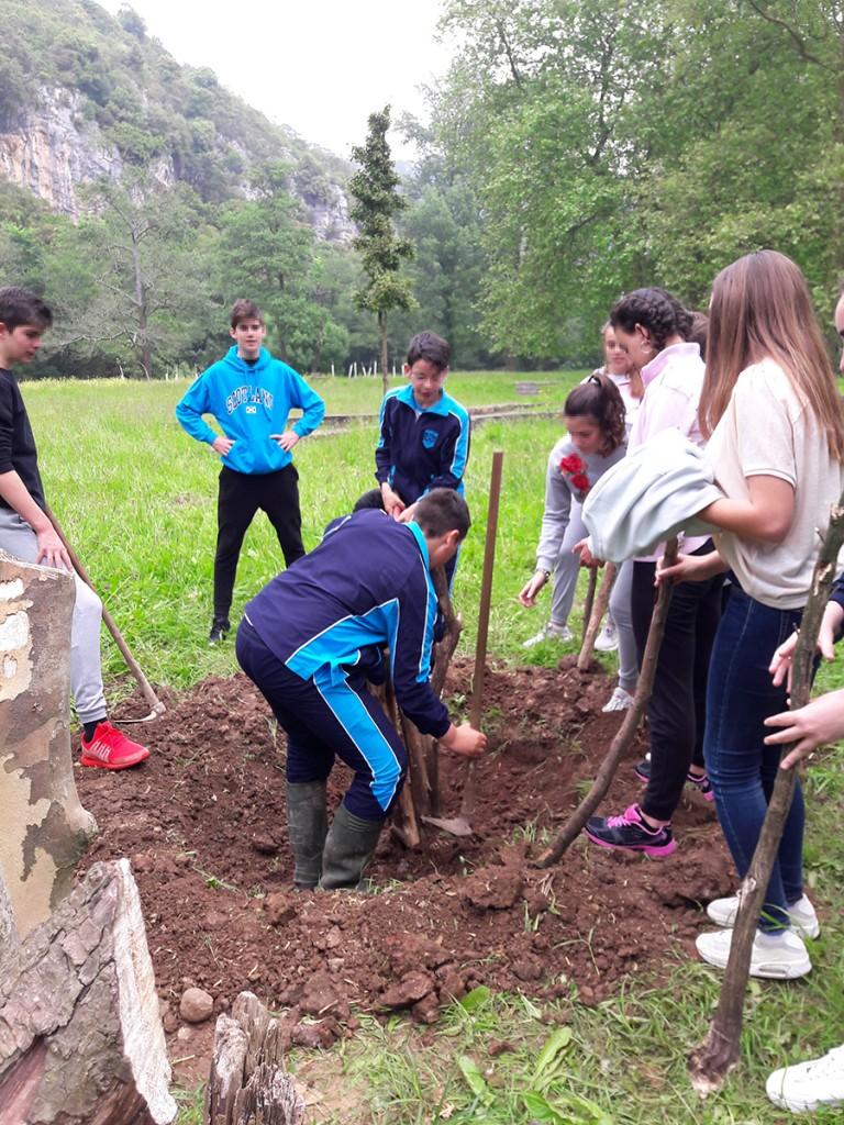 Plantando especies autóctonas en el Parque Fluvial La Regata, Ceceñas